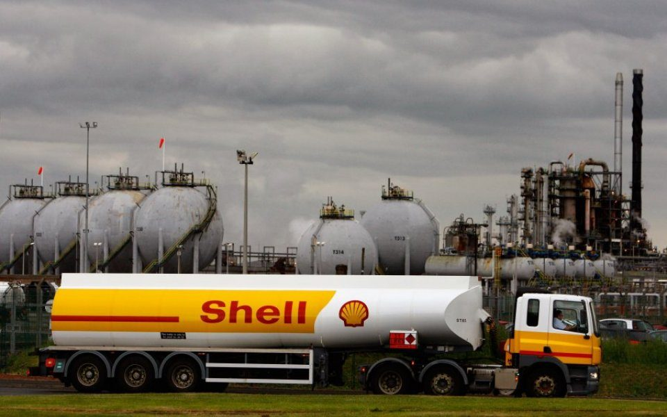 Shell must pay damages to four Nigerian farmers for two oil spills back in 2008, a Dutch court has ruled today.