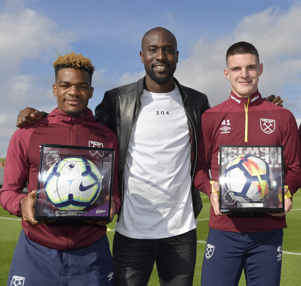 ROMFORD, ENGLAND - OCTOBER 11:  Grady Diangana, Declan Rice and Ryan Fredericks of West Ham United pose with Carlton Cole after receiving their Premier League Debut Footballs at Rush Green on October 11, 2018 in Romford, England.  (Photo by Arfa Griffiths/West Ham United FC via Getty Images)