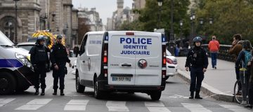 Knife attacker kills four at Paris police headquarters