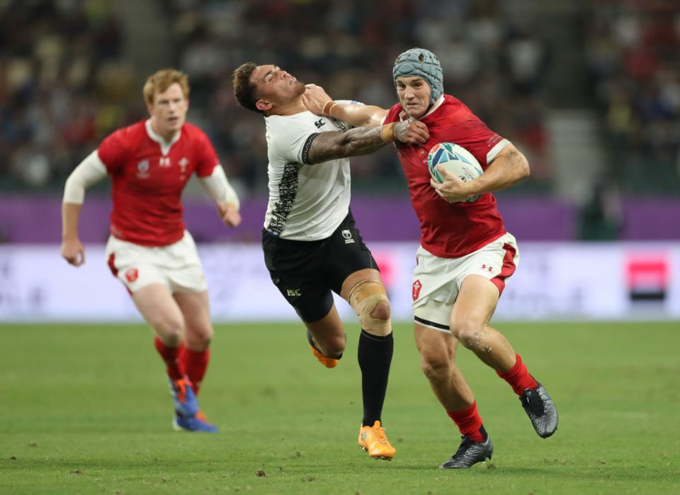 OITA, JAPAN - OCTOBER 09: Jonathan Davies of Wales breaks holds off a challenge from Jale Vatubua of Fiji during the Rugby World Cup 2019 Group D game between Wales and Fiji at Oita Stadium on October 09, 2019 in Oita, Japan. (Photo by Shaun Botterill/Getty Images)