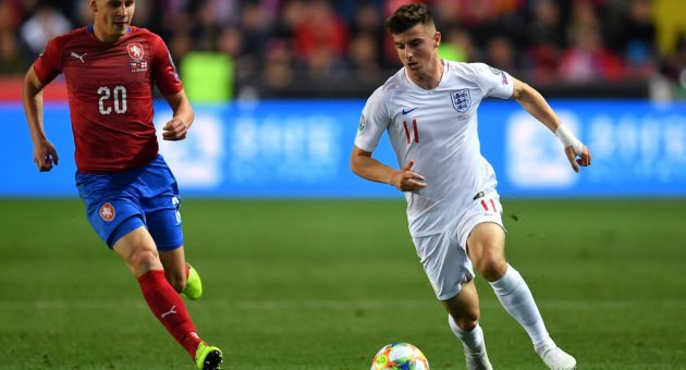 PRAGUE, CZECH REPUBLIC - OCTOBER 11: Mason Mount of England and Lukas Masopust of Czech Republic during the UEFA Euro 2020 qualifier between Czech Republic and England at Sinobo Stadium on October 11, 2019 in Prague, Czech Republic. (Photo by Justin Setterfield/Getty Images)