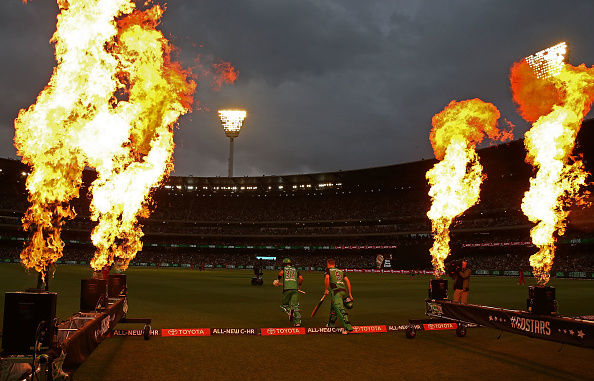 MELBOURNE, AUSTRALIA - JANUARY 01:  Luke Wright and Glenn Maxwell of the Stars walk out to bat during the Big Bash League match between the Melbourne Stars and Melbourne Renegades at Melbourne Cricket Ground on January 1, 2017 in Melbourne, Australia.  (Photo by Scott Barbour/Getty Images)
