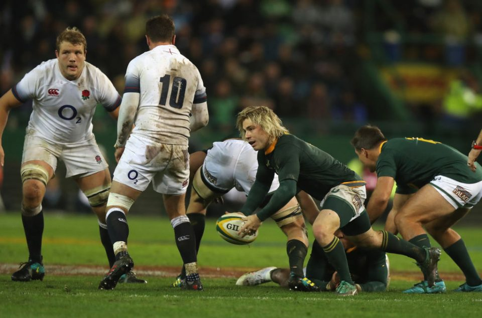CAPE TOWN, SOUTH AFRICA - JUNE 23:  Faf de Klerk of South Africa passes the ball during the third test match between South Africa and England at Newlands Stadium on June 23, 2018 in Cape Town, South Africa.  (Photo by David Rogers/Getty Images)