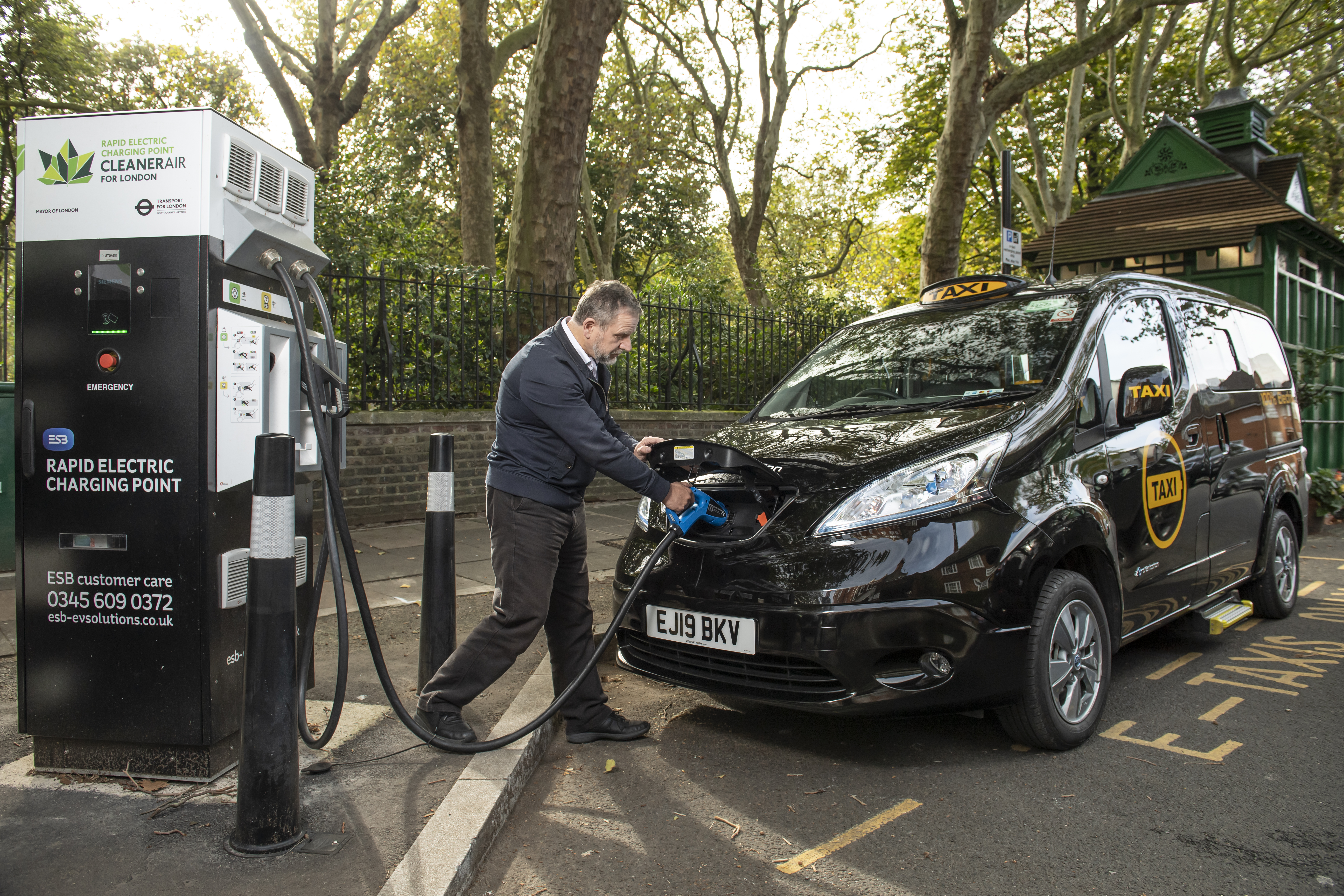 London's first 100 per cent electric taxi arrives at City Hall