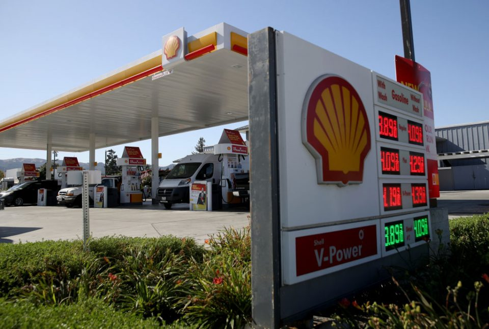 Shell saw its final quarter income halve as the continued slump in global oil prices knocked the company's full year profits.
