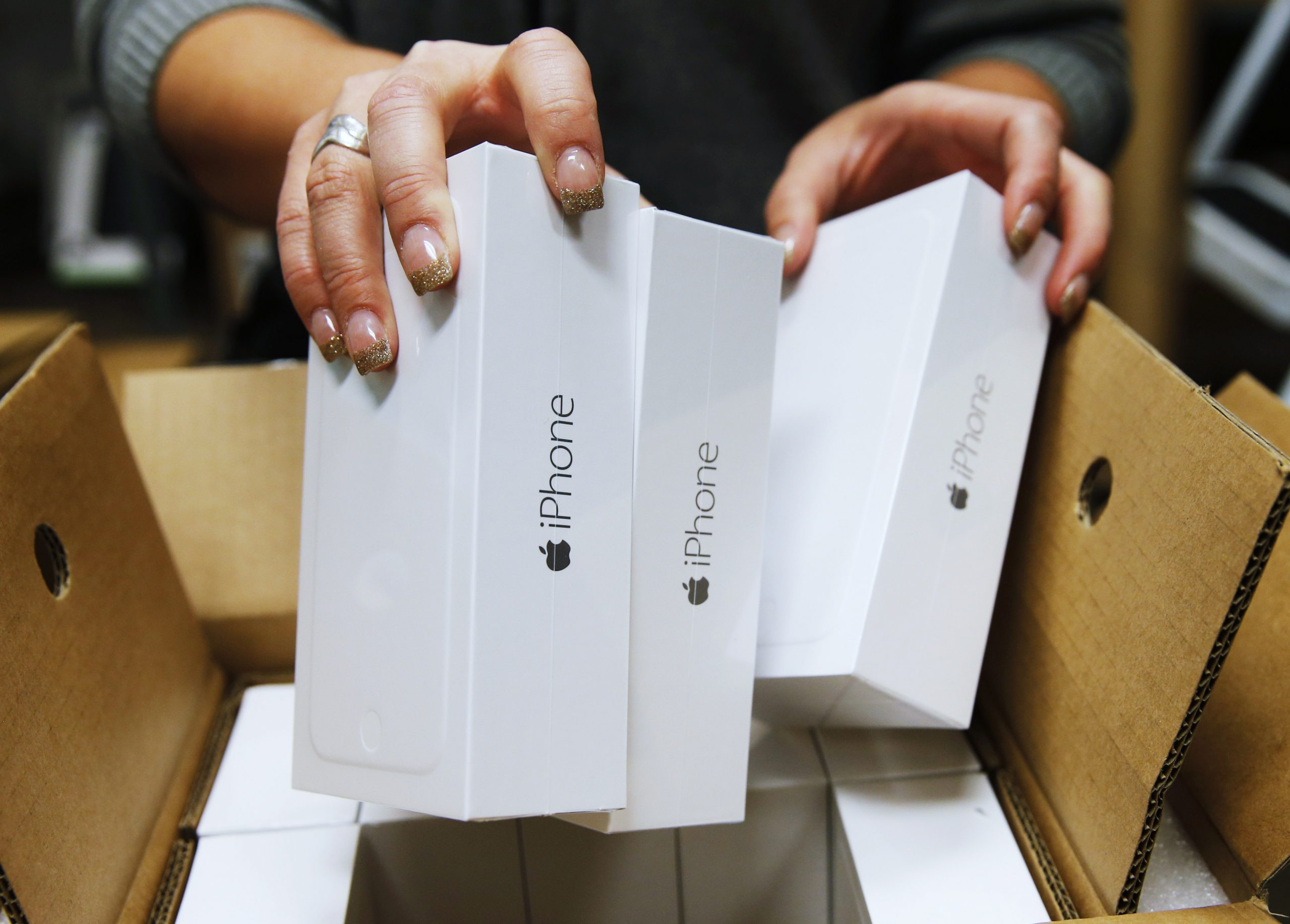 Verizon Store Stocks Shelves With New Apple iPhone 6