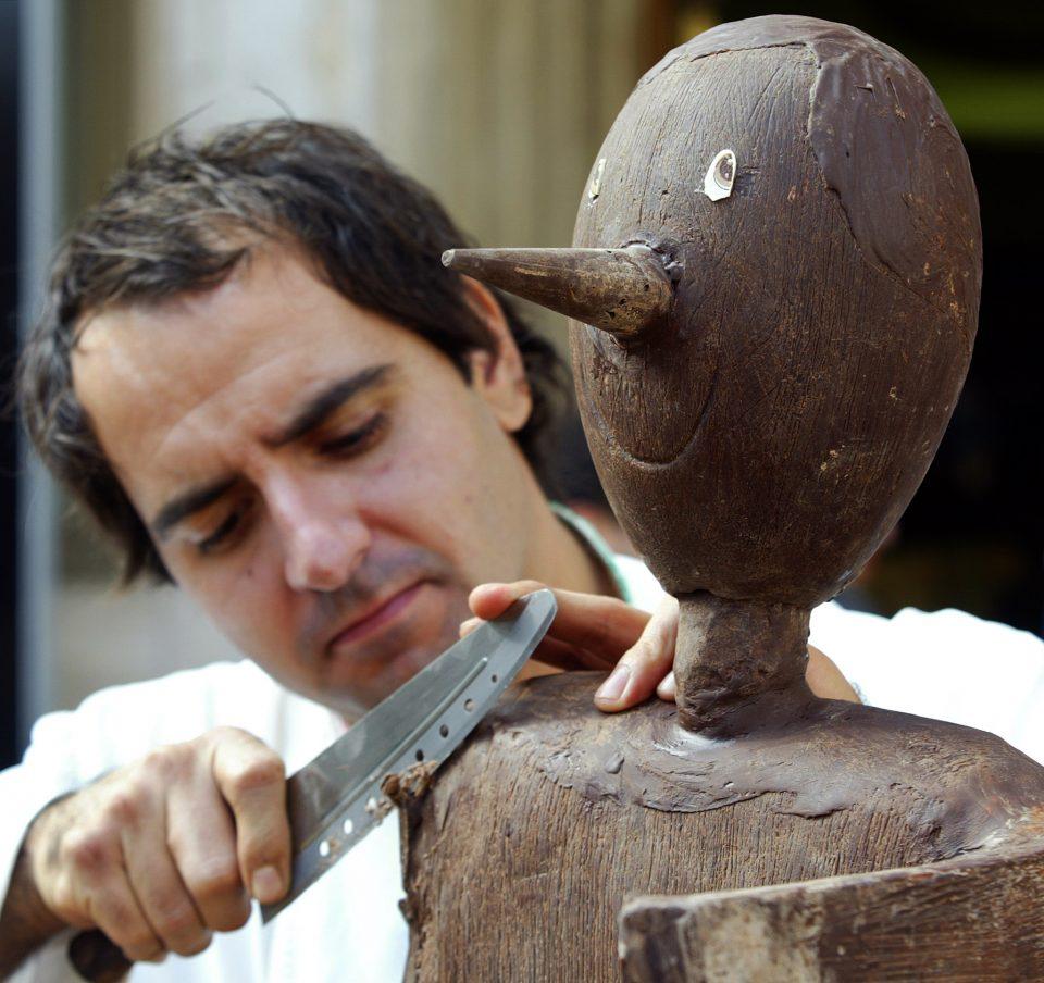 Simone De Castro, sculptor from Montopoli works on
