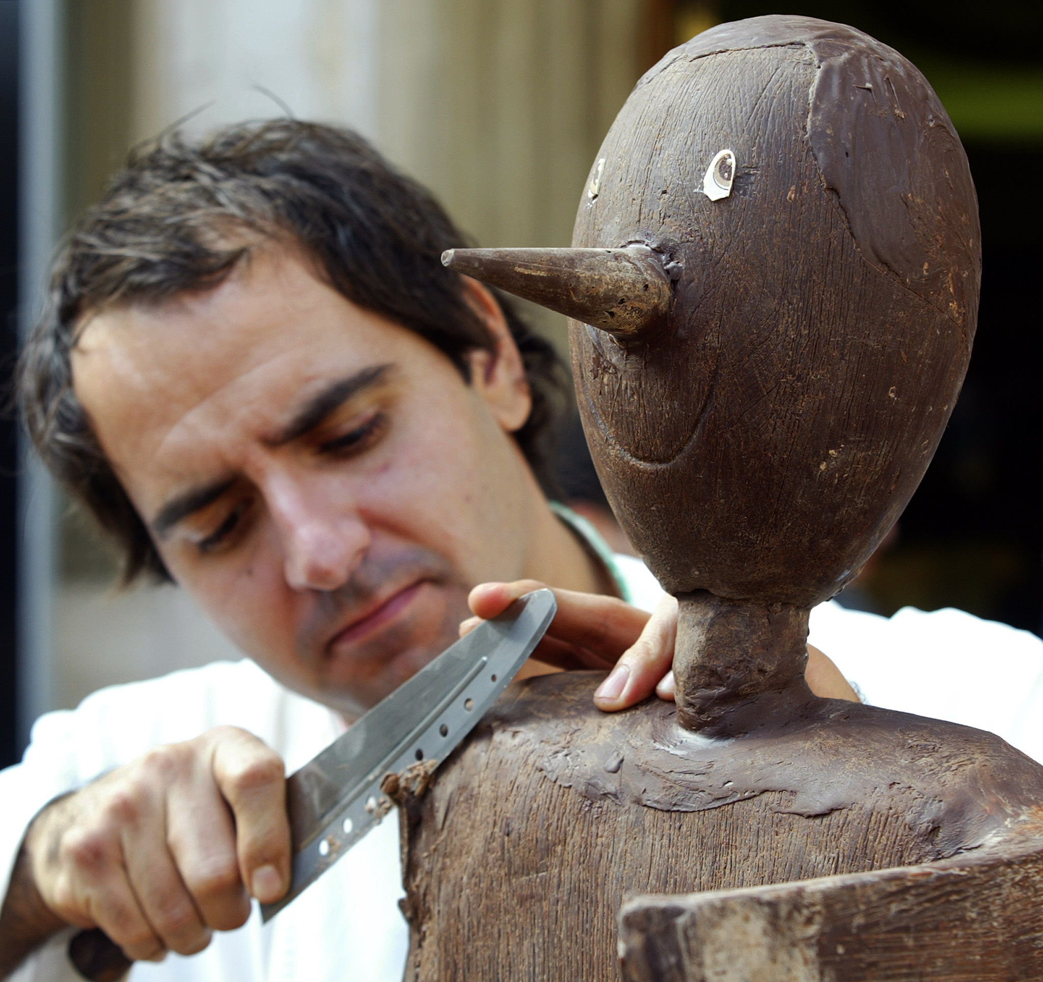 Simone De Castro, sculptor from Montopoli works on