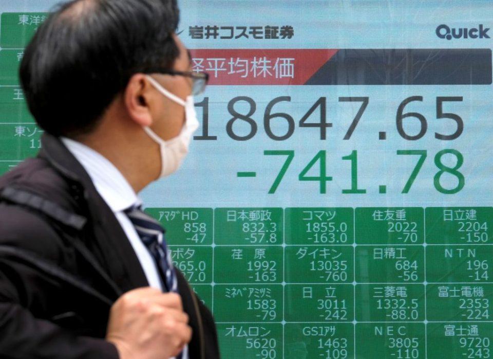 Asian stocks fall as coronavirus fears return