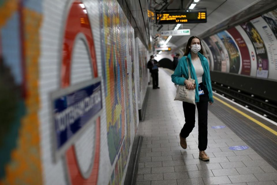 TOPSHOT-BRITAIN-HEALTH-VIRUS-TRANSPORT-TRAVEL