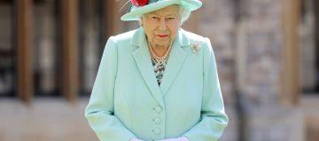 La reina confiere el honor de ser caballero al capitán Sir Thomas Moore