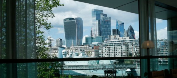 The FTSE 100 started the week in the red this morning as energy and banking stocks dragged down the index.