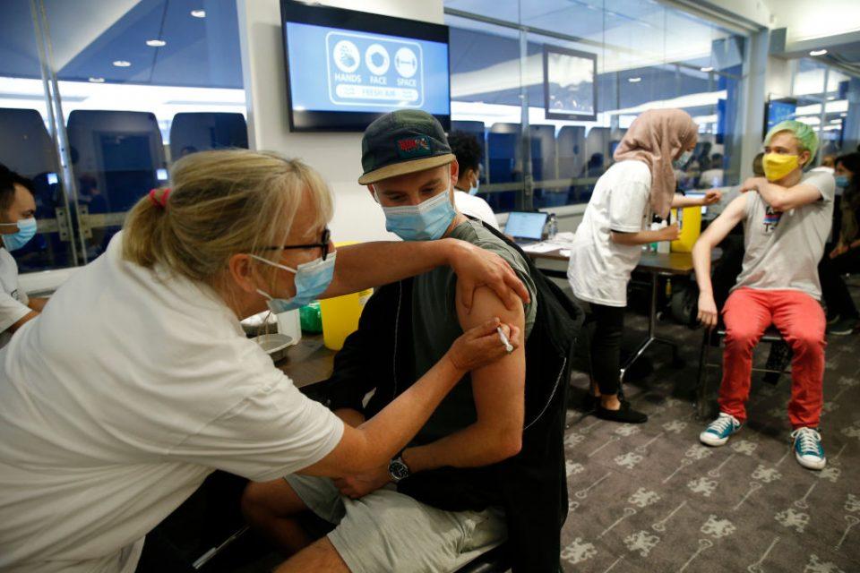 London Mayor Visits Pop-up Chelsea FC Vaccine Hub